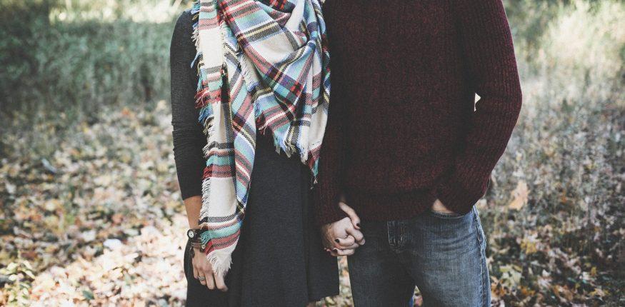 Mann und Frau an den Händen gefasst